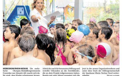 Franziska van Almsick zeichnet Schwimmer aus