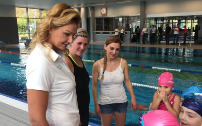 Franziska van Almsick hilft Kindern schwimmen zu lernen